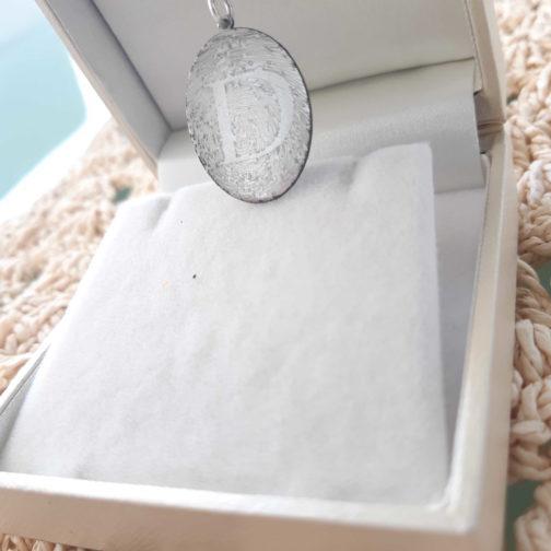 תליון חריטת בליזר לטביעת אצבע בשילוב חריטת אות עיצוב מקורי ואישי ויחודי